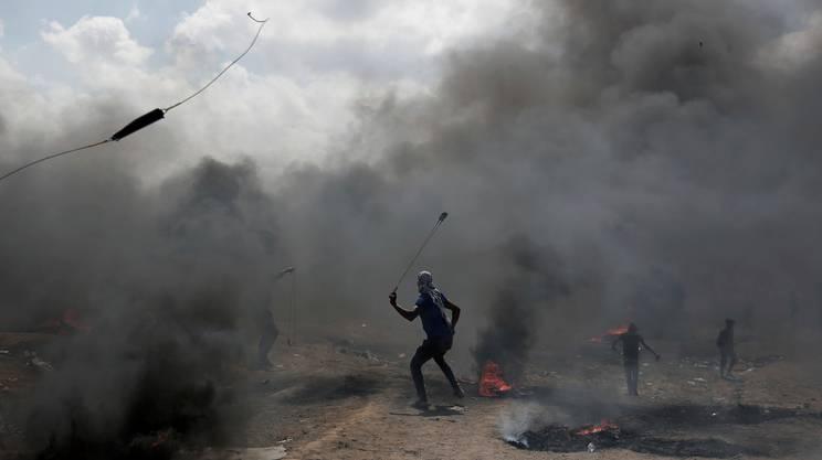 Pietre e copertoni incendiati contro il fuoco israeliano