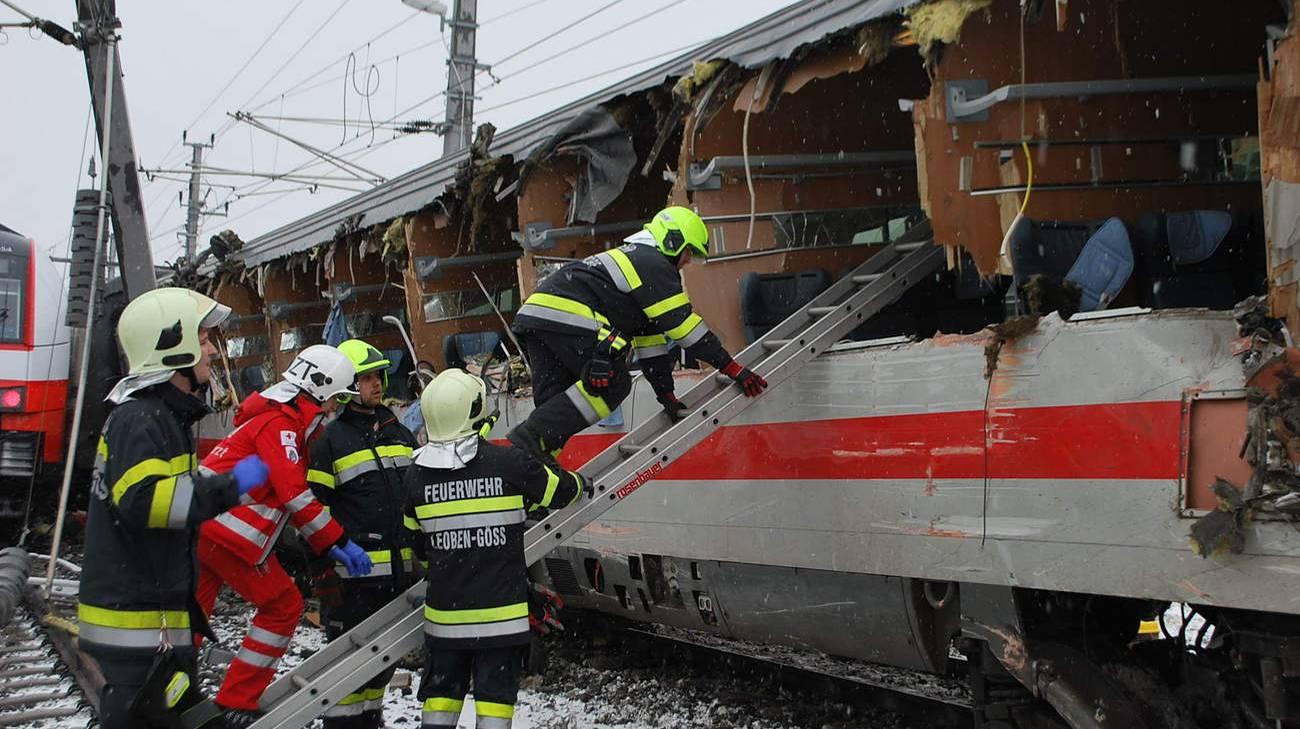 Pompieri al lavoro su una delle carrozze sventrate dall'impatto tra i convogli