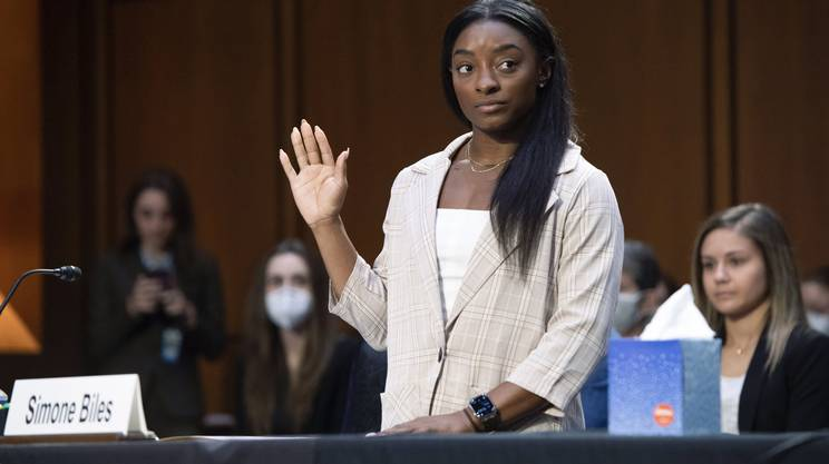 Simone Biles, stella della ginnastica mondiale, giura prima di testimoniare