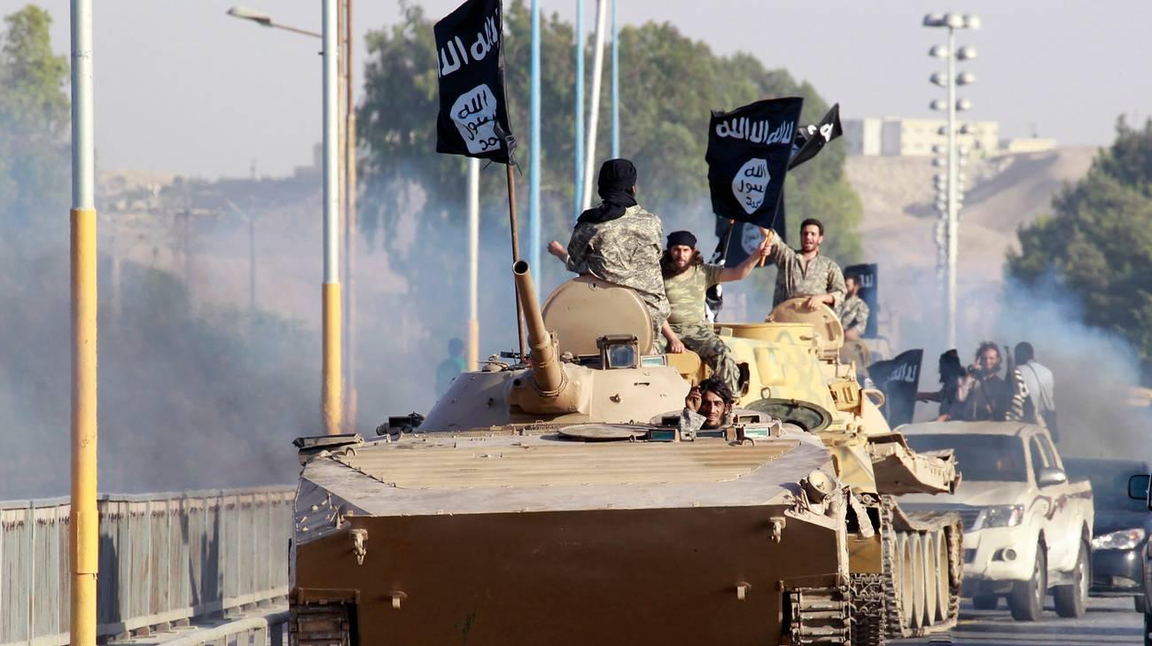 Soldati del Califfato nelle strade della provincia siriana di Raqqa