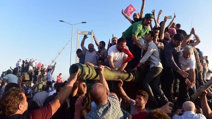 Sostenitori di Erdogan in festa per il fallito golpe