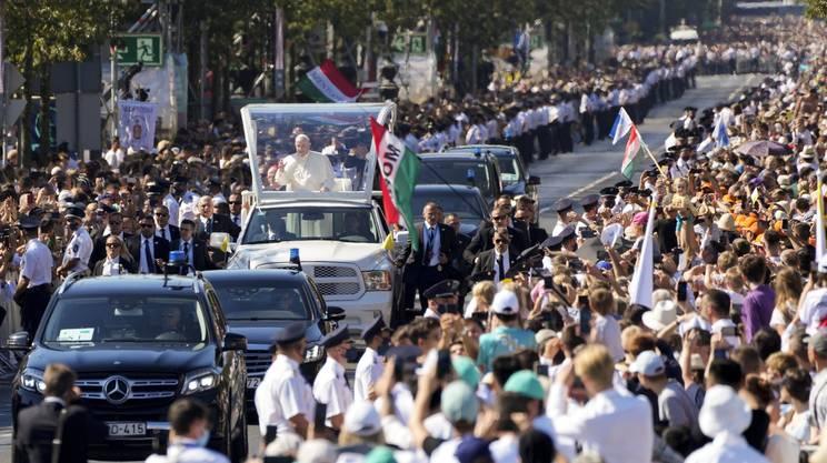 Sulla papamobile verso il palco sulla Piazza degli eroi, per la celebrazione della messa