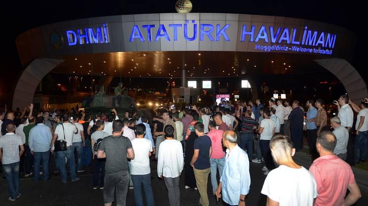 Tentato golpe in Turchia, centinaia di persone al fianco di Recep Tayyip Erdogan
