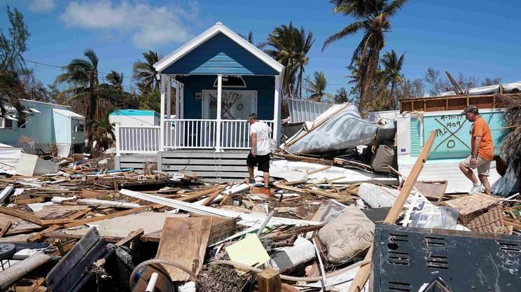 Un abitante di Islamorada (Florida) tra i resti della sua casa distrutta dall'uragano Irma