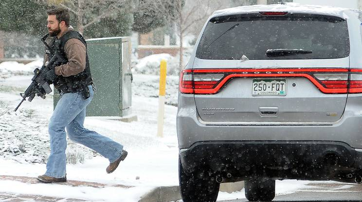 Un agente in borghese intervenuto sul luogo della sparatoria