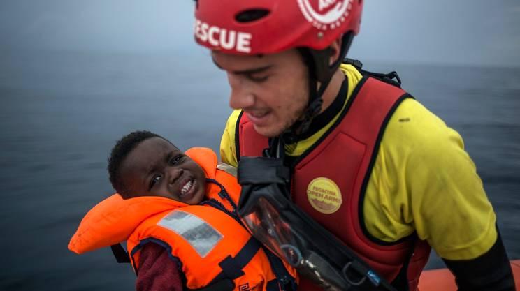 Un bimbo migrante salvato da un naufragio