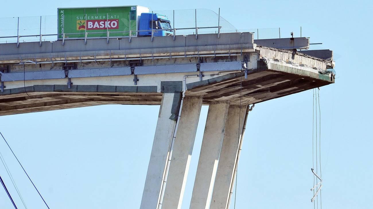 Un camion a pochi metri dal baratro, su quello che resta del viadotto Morandi a Genova