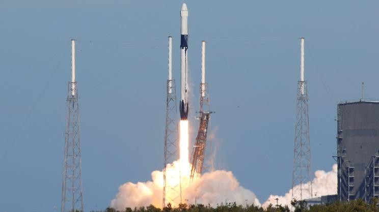 Un cargo SpaceX Dragon carico di rifornimenti per la stazione spaziale internazionale