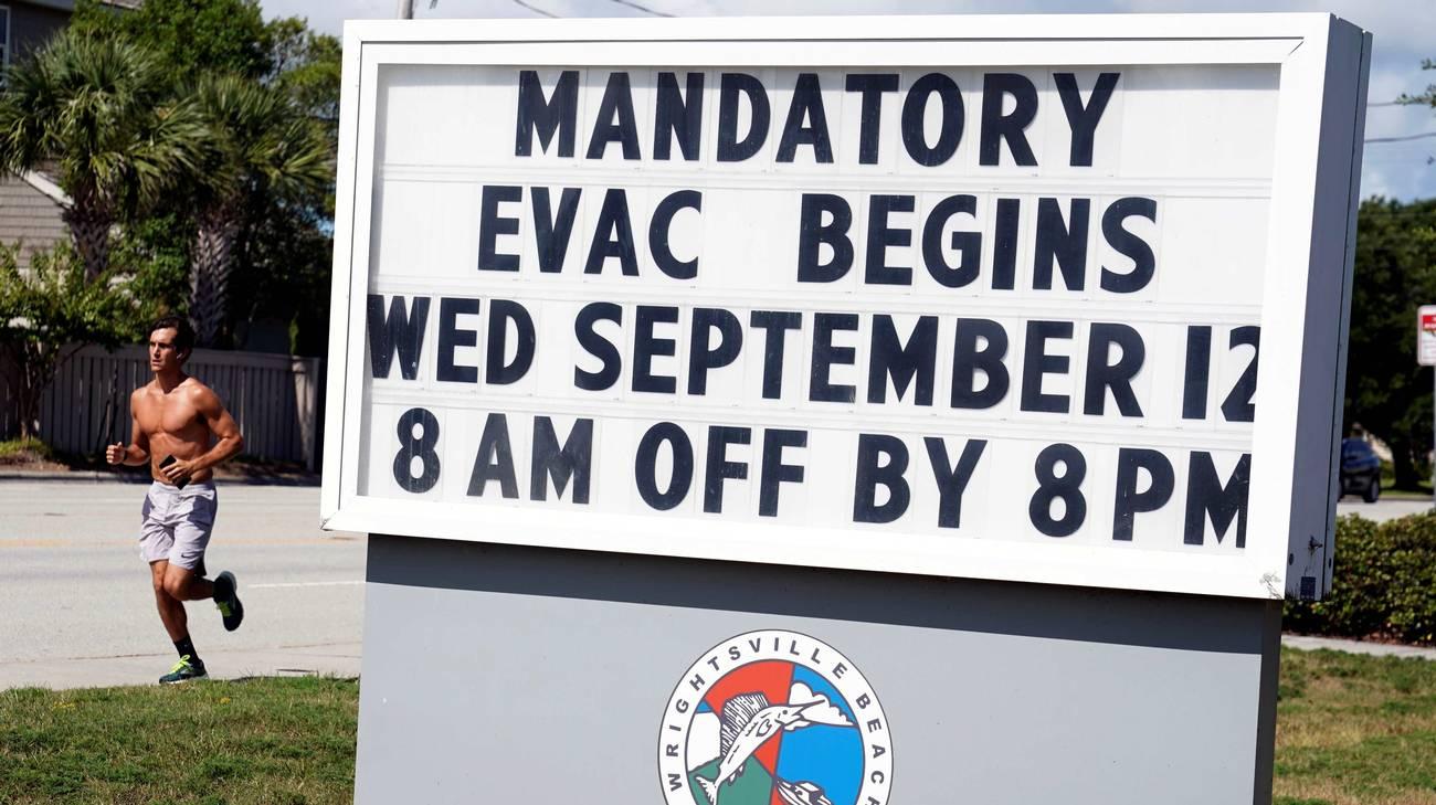 Un cartello che segnala l'inizio dello sgombero obbligatorio di una località del North Carolina