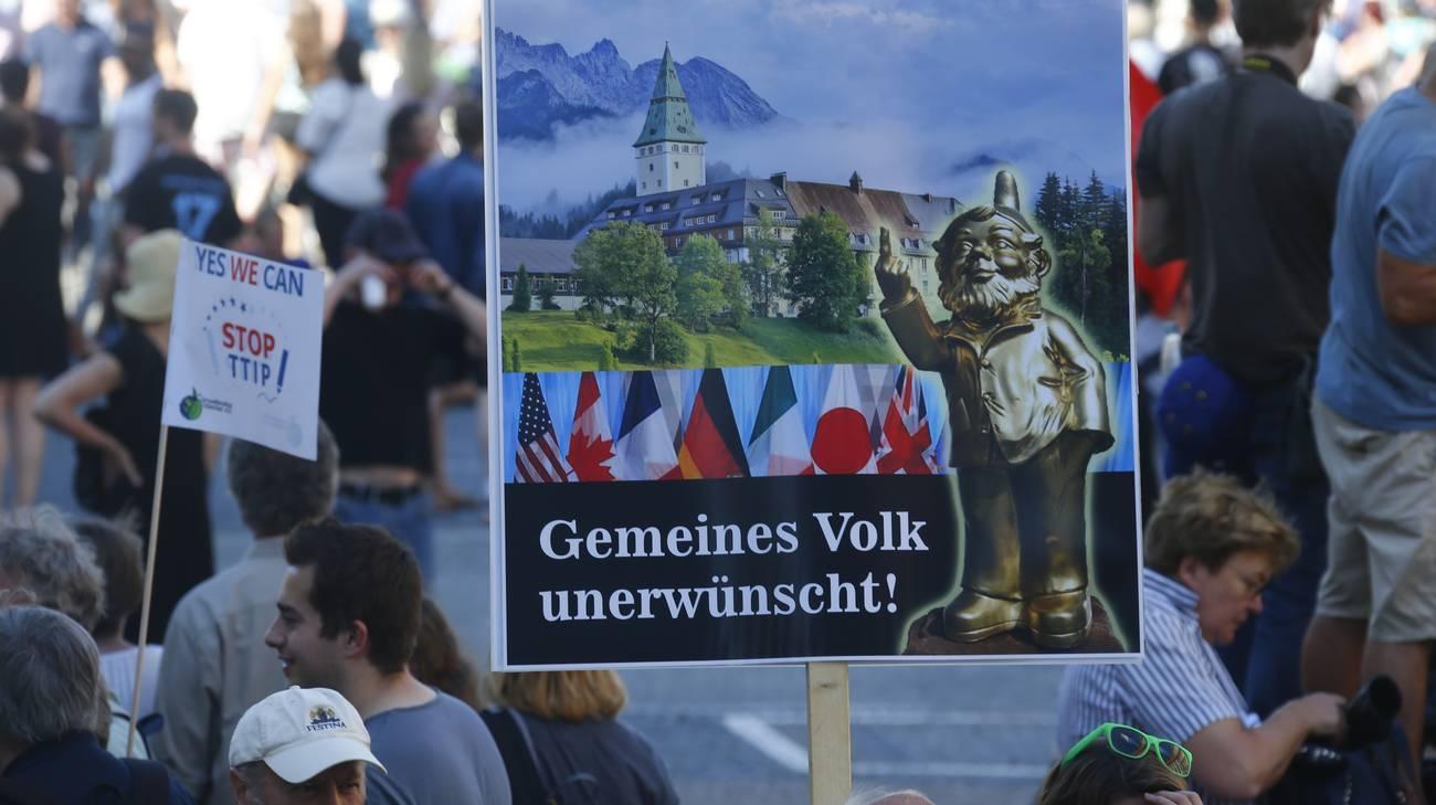 Un cartello dei dimostranti