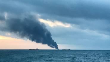 Crimea, due navi in fiamme