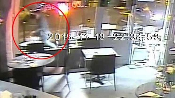 Un frame del video diffuso dal Daily Mail online con l'uomo armato di Kalashnikov