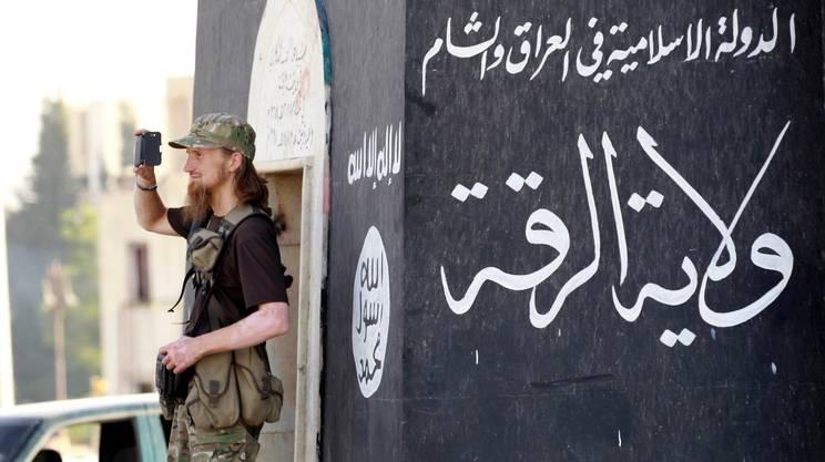 Un militante pronto a postare un filmato sul web. La mediateca realizzata dagli jihadisti è immensa