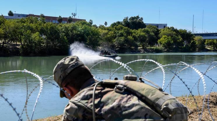 Un militare al confine sul Rio Grande a Laredo