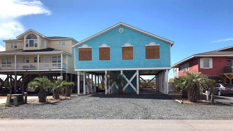Una casa già preparata per l'arrivo dell'uragano a Holden Beach, in North Carolina
