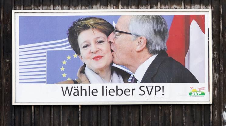 Uno degli aneddoti più significanti e mediatizzati del rapporto di Jean-Claude Junker con la Svizzera, è il famoso abbraccio con la presidente della Confederazione Simonetta Sommaruga, nel Febbraio del 2015 a Bruxelles. Abbraccio che l'UDC ha riproposto in uno suo manifesto elettorale