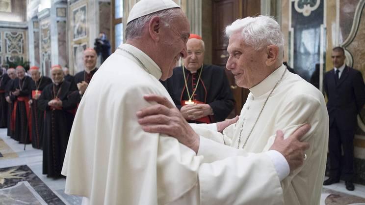 Uno ha avviato la svolta, l'altro l'ha proseguita: il Papa emerito Ratzinger, a destra, e Papa Bergoglio
