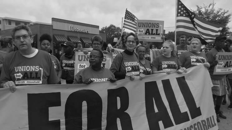 Sono pagati 8-9 dollari all'ora questi lavoratori. Chiedono di aumentare il loro salario orario a 15 dollari ma denunciano anche condizioni di lavoro difficili.