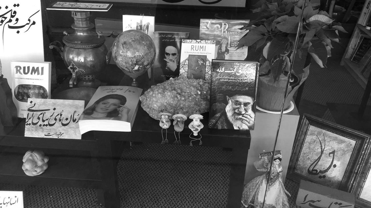 Nelle vetrine di Teherangeles è facile trovare testi religiosi, libri di poesia persiana. Il tutto – naturalmente – scritto in farsi.