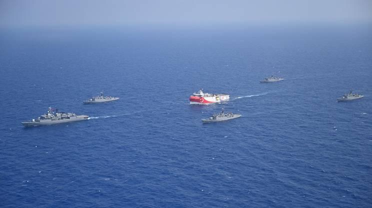 La nave da esplorazione turca accompagnata da unità della marina militare