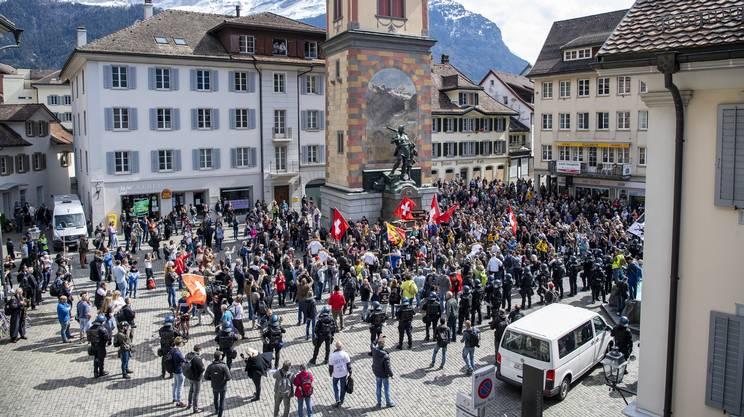 I manifestanti riuniti in piazza ad Altdorf