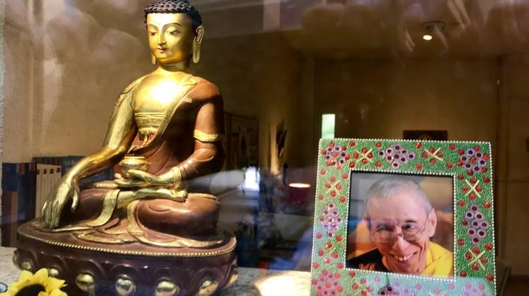 Accanto ad una statuetta raffigurante Buddha, un'immagine del maestro Geshe Kelsang Gyatso