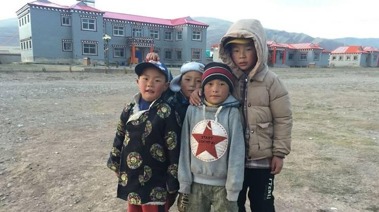 Bambini nel cortile della struttura Tadra a Dawu, provincia Qinghai, Cina