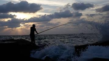 Bimbi pescatori, no a divieti