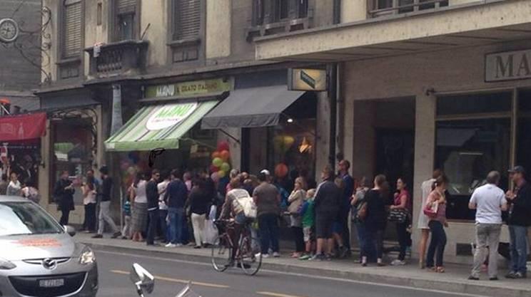 Clienti in coda davanti alla gelateria del campione svizzero in una giornata estiva