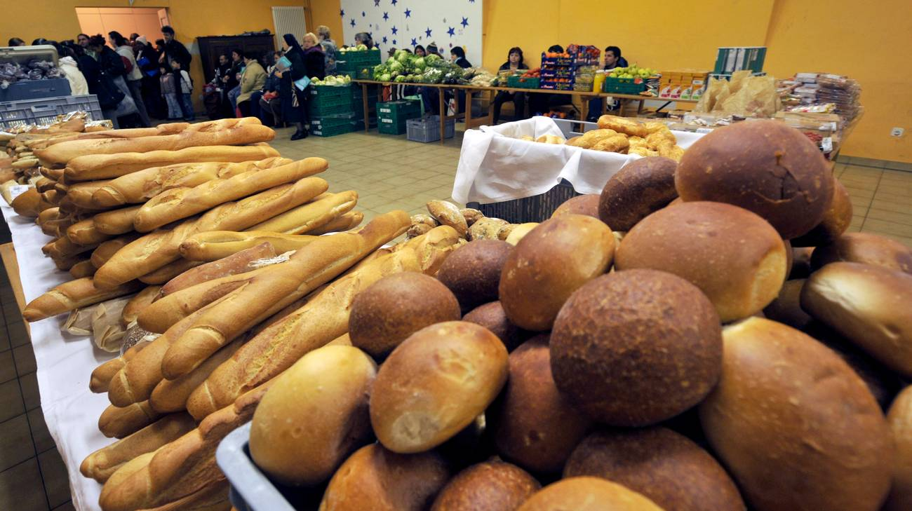 Distribuzione di cibo ai meno abbienti