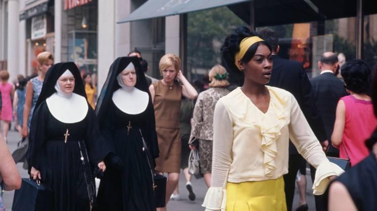 Fra le strade di New York, in quest'immagine del 1963