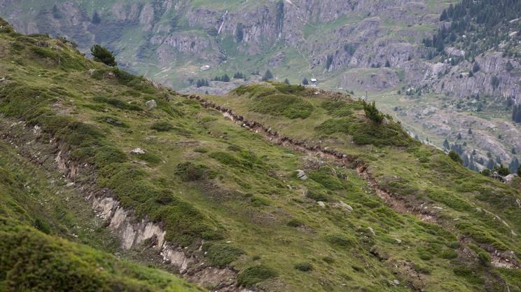 Fratture del suolo nella regione del Moosfluh, sopra il ghiacciaio dell'Aletsch. Gli scivolamenti del terreno sono monitorati e hanno indotto a chiudere alcuni sentieri