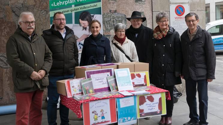 Gli iniziativisti zurighesi, qui alla consegna delle oltre 12'000 firme da loro raccolte, nel novembre del 2015