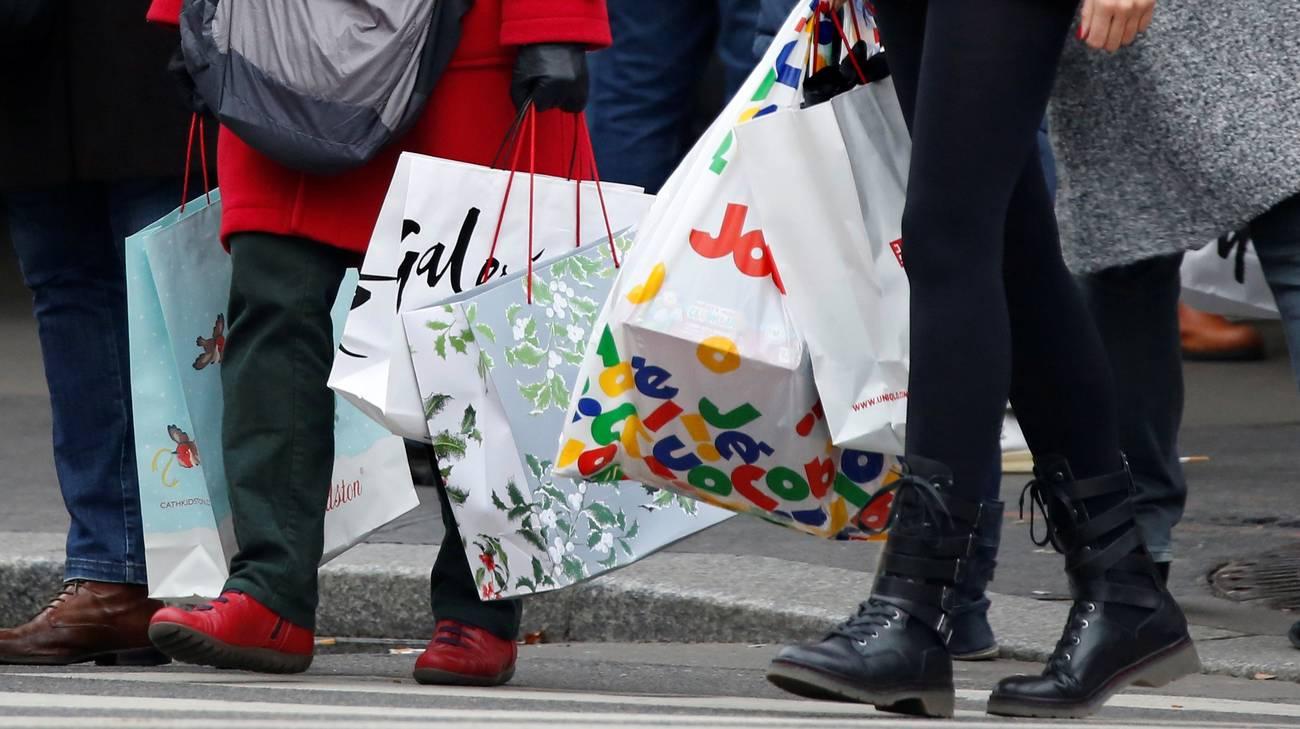 Gli svizzeri pensano di spendere quasi 300 franchi per i regali di Natale