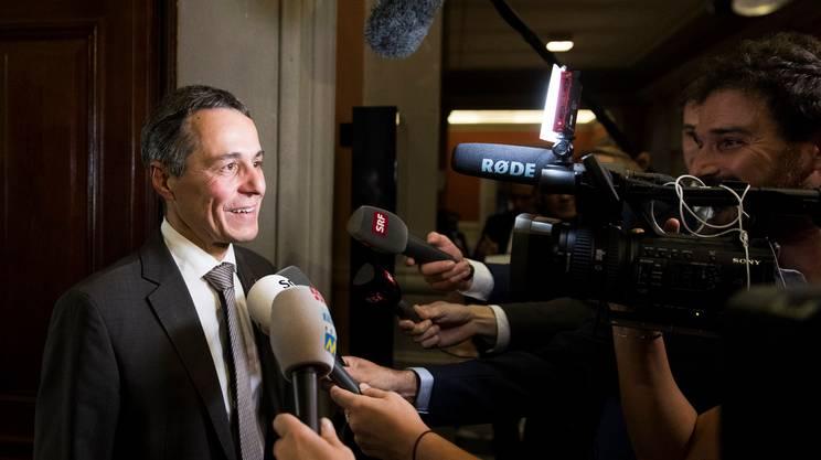 Ignazio Cassis davanti ai media dopo l'