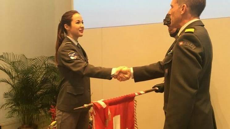Il comandante Mario Thöni si congratula con la neo pilota militare