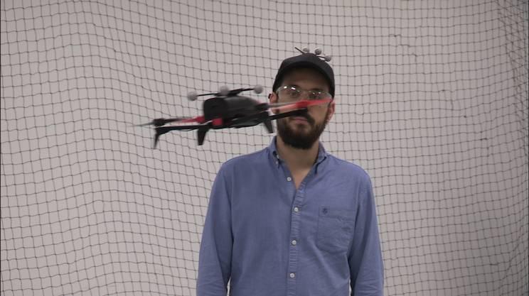 Il drone segue i movimenti della persona grazie ai sensori posti sul cappellino
