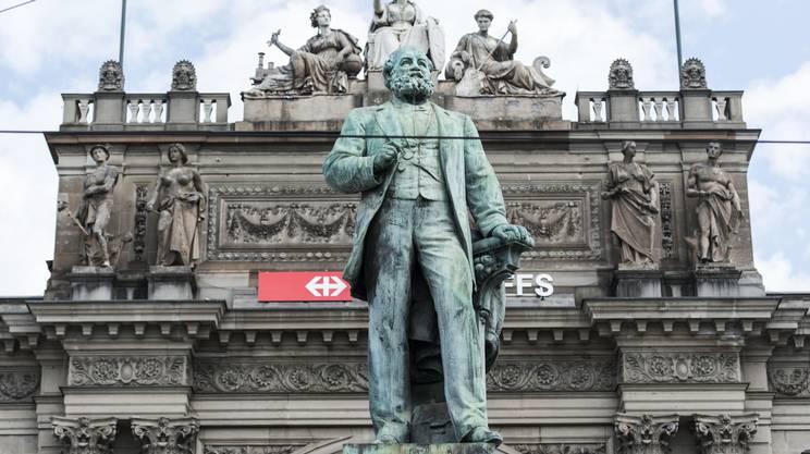 Il monumento ad Alfred Escher alla stazione di Zurigo. Un ampio dibattito è ora sorto sui legami fra la sua famiglia, il mondo coloniale e la schiavitù