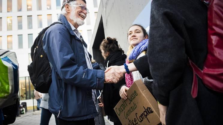 Il premio Nobel Dubochet saluta gli attivisti radunatisi davanti al tribunale