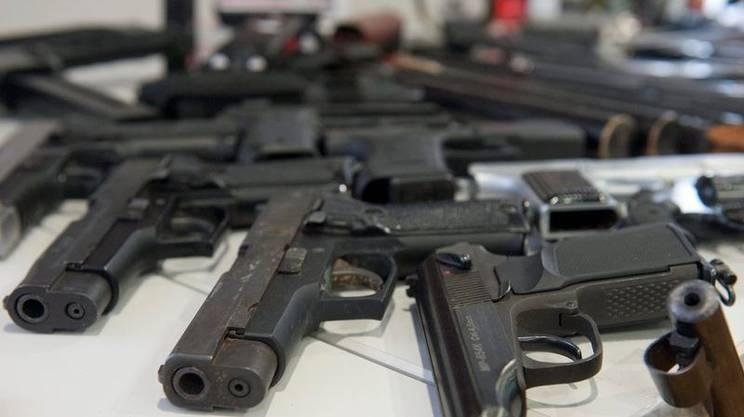 La Svizzera, in quanto paese membro dello Spazio Schengen, è chiamata ad adattare la propria normativa sulle armi alla nuova direttiva in materia dell'UE