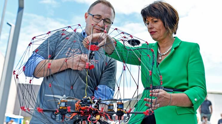 La consigliera federale alle prese con le nuove tecnologie