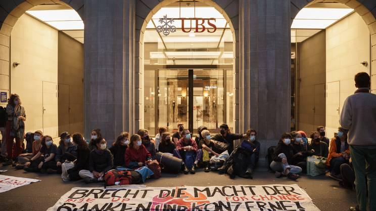 La dimostrazione contro i giganti della piazza finanziaria zurighese