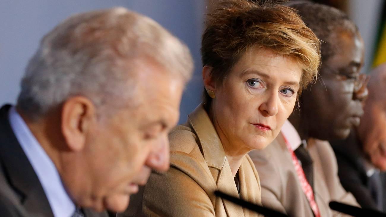 La ministra, durante la seduta odierna, insieme al commissario UE per la migrazione Dimitris Avramopoulos