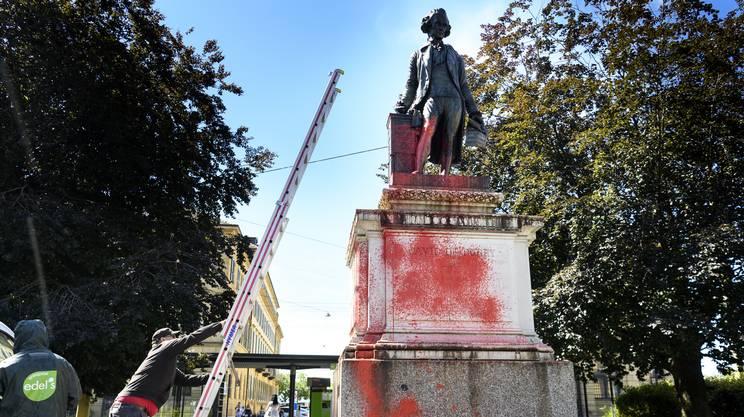 La statua di David De Pury a Neuchâtel, imbrattata lo scorso luglio