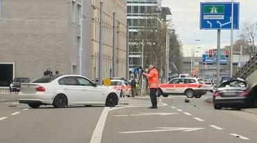 Tre feriti in una corsa tra auto