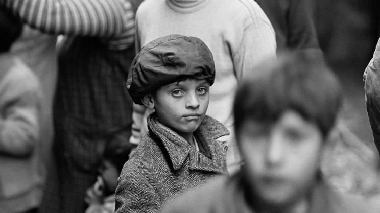 L'intensità dello sguardo di un bambino fra i rioni di Pozzuoli, in una fotografia del 1970