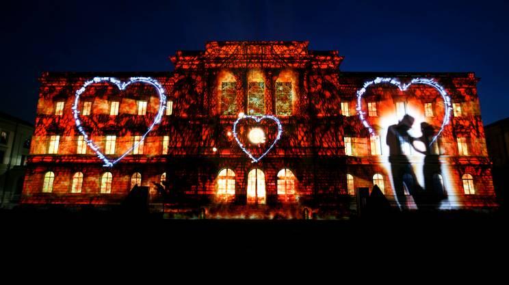 Lo show di suoni e luci proiettato sulla facciata dell'Università di Ginevra