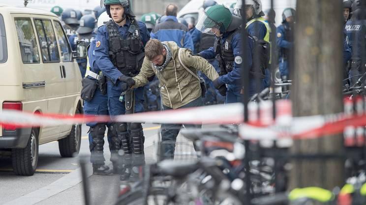 Manifestanti bloccati dalla polizia