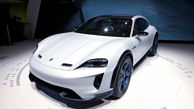 Porsche ha presentato a Ginevra una variante crossover della Mission E prevista nel 2019