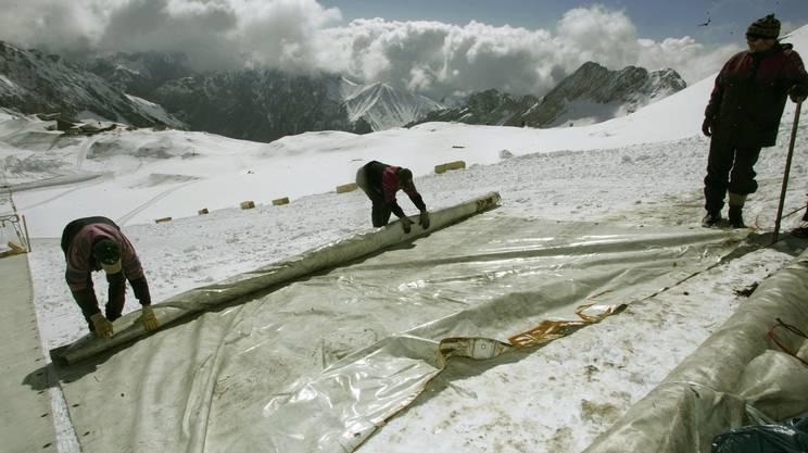 Posa di appositi teloni protettivi per rallentare il ritiro dei ghiacciai